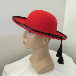 hoed rood met zwart touw